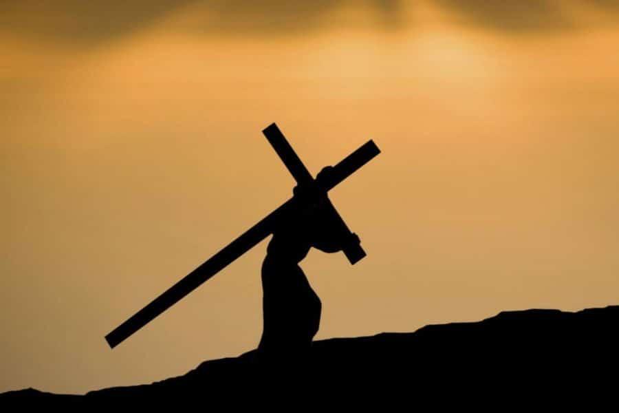 нести крест