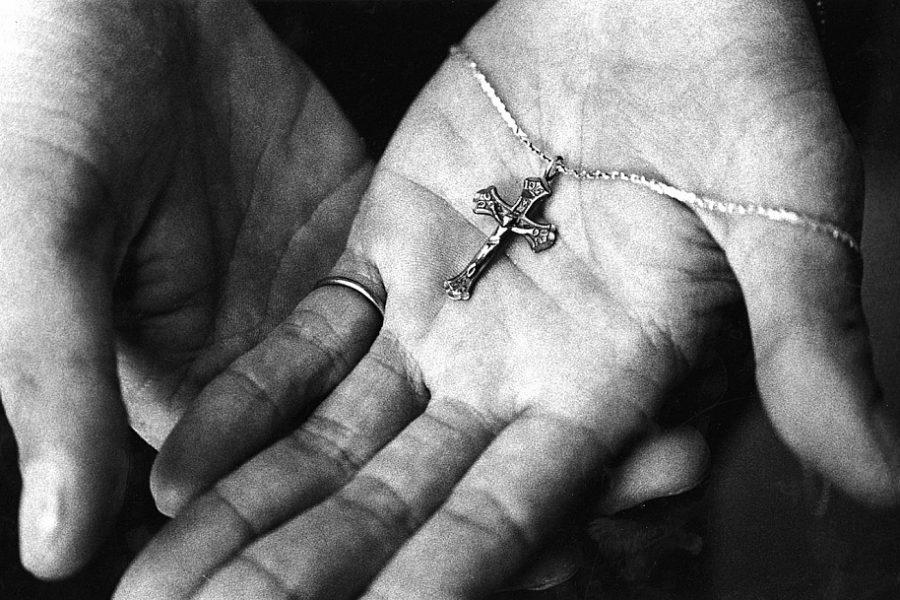 крестик в руке