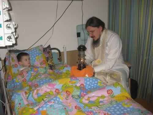 Руководитель Патриаршего центра духовного развития детей и молодёжи при московском Даниловом монастыре игумен Иоасаф (Полуянов) с благодатным огнем